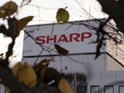 Foxconn обсудит с Sharp новую информацию о её долгах, - Reuters