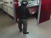 В Сети появилось видео дерзкого ограбления банка в Запорожье (видео)