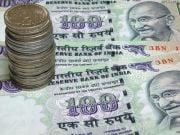 Курс индийской валюты достиг рекордно низкого уровня