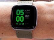 Fitbit представив розумний годинник із голосовим асистентом