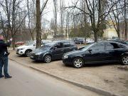 Водителей начали штрафовать за парковку во дворах
