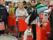 Жители Славянска массово скупают продукты в супермаркетах