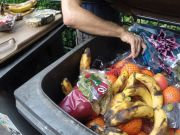 Скільки їжі викидають українці?