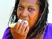 Американка пристрастилась к поеданию поролона и резины