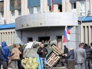 Захватчики здания СБУ в Луганске отпустили 56 заложников