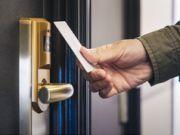 Готелі в Україні обладнають безконтактними картками для входу