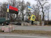 На въездах в Киев установили народные блокпосты с военной техникой