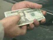 В Киеве некоторые крупные банки прекратили продажу долларов без предзаказа - СМИ