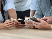 Во Франции запретили смартфоны в школах