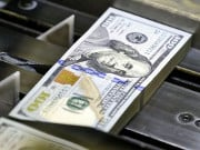Долар зміцнюється до євро в п'ятницю, ринок чекає новин про податкову реформу в США