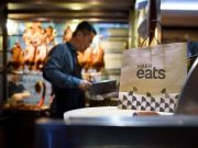 Uber Eats тепер також працює з кур'єрами з ресторанів