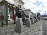В Минрегионе планируют оградить остановки транспорта защитными столбиками