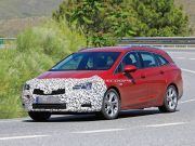 Новый универсал Opel Astra показался «на людях»